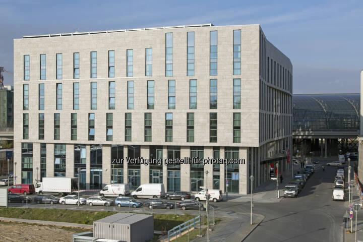 Die Deutsche Gesellschaft für Nachhaltiges Bauen (DGNB) hat das von CA Immo realisierte InterCityHotel Berlin Hauptbahnhof mit dem höchsten Zertifikat in Gold ausgezeichnet. (Bild: CA Immo)