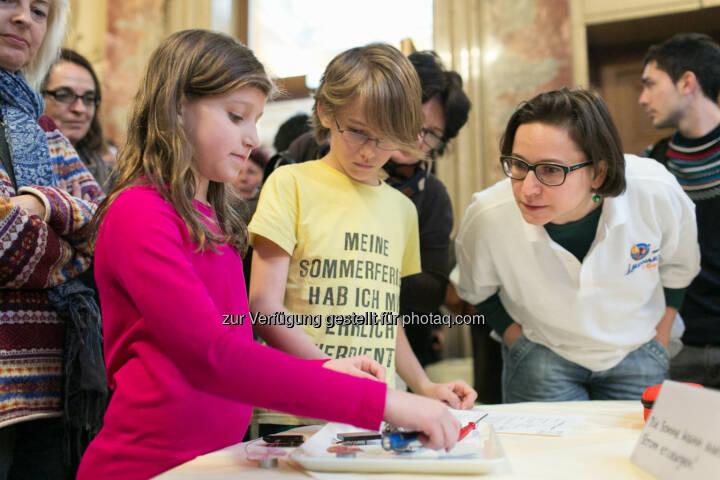Leonardino 2.0, Kinder der VS Oberdorferstraße beim Experimentieren