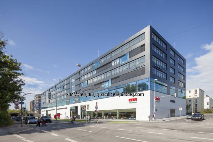 CA Immo hat für das Büro-, Ärzte und Geschäftsgebäude Ambigon in München zwei Mietverträge über insgesamt rund 1.500 m² Mietfläche abgeschlossen. Mieter sind die Unternehmensberatung Edelweiß & Berge (rd. 680 m²) sowie die Post Immobilien GmbH (rd. 820 m²) (Bild: CA Immo)