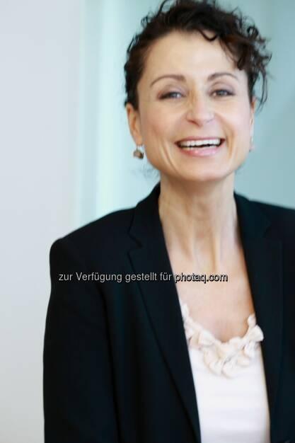 Andrea Bauer leitet seit 1. Februar 2014 die Unternehmenskommunikation von Swiss Life Select in Österreich und ist vorrangig für die externe und interne Kommunikation der Gesellschaft zuständig. Die Betriebswirtin bringt mehr als 15 Jahre Erfahrung im Aufbau und der Pflege von Markenpositionierungen mit, davon allein 10 Jahre im Finanzdienstleistungsbereich. Ihre wichtigsten Aufgabenfelder sind die Öffentlichkeitsarbeit in den Offline- und Online-Medien, Social Media Management und die Kommunikation zu den internen Stakeholdern. Bevor sich die 48-jährige Wienerin für diese neue Herausforderung entschied, war sie unter anderem in der Erste Bank für strategisches Marketing zuständig, leitete in der CA Immo die Unternehmenskommunikation mit starkem Fokus auf die Kapitalmarktpositionierung und zeichnete als Marketingleiterin der ING-DiBa für die Repositionierung mit einer mehrfach prämierten Markenkampagne verantwortlich (c) Aussendung  (03.03.2014)
