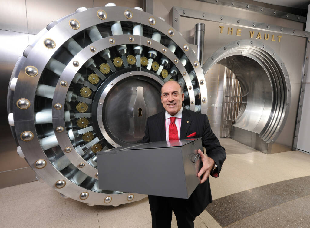 Coca-Cola Company Chairman and CEO Muhtar Kent holds the safety deposit box containing the 125-year-old secret formula for Coca-Cola, © Coca-Cola Company(Homepage) (08.03.2014)
