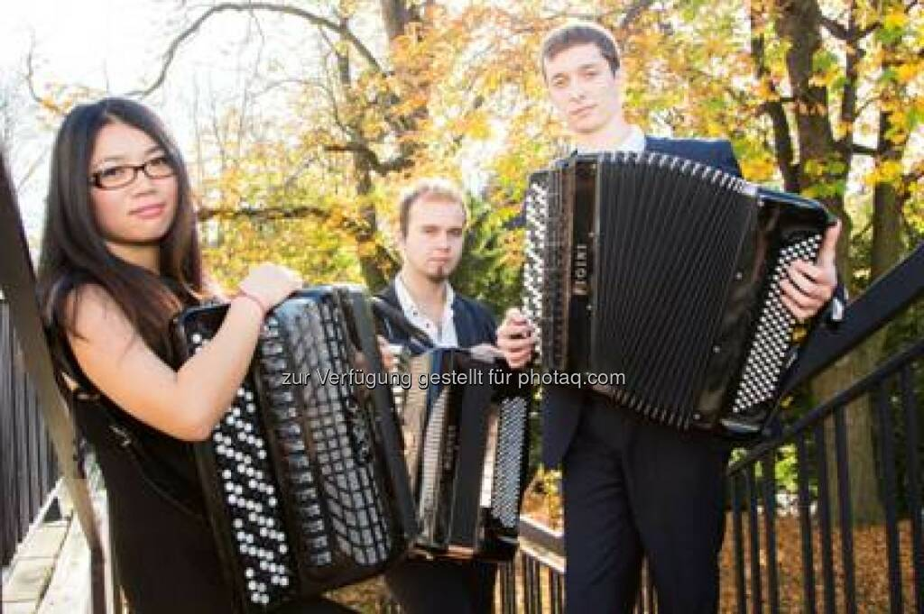 """Das Akkordeon Trio Fidelio wurde im Jahr 2011 in Wien gegründet. Die Spieler des Trios sind Yueming Xu Ertl (China), Miloš Avramović (Serbien) und Alen Dzambić (Bosnien und Herzegowina). Die internationale Besetzung des Trios mit unterschiedlichen kulturellen Einflüssen spiegelt sich auch in einem breitgefächerten Repertoire wieder. Die drei Akkordeonisten zeigten nicht nur eine unglaubliche Bandbreite und künstlerische Ausdrucksfähigkeit des Instruments, sondern Kammermusik auf allerhöchstem Niveau. In ihrem Programm finden sich Werke von Igor Fyodorovich Stravinsky, Antonín Leopold Dvořák, aber auch Richard Galliano, Astor Piazzolla oder Stephen Michael Reich. Am 25.11. präsentierten sie ihre erste CD """"""""Nature Of Feelings"""" im Casino Baumgarten (erschienen auf Preiser Records) (10.03.2014)"""
