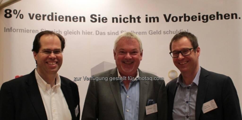 Mathias Mühlhofer , Walter Schuster, Markus Kitz-Augenhammer (Immobilienrendite AG) freuen sich über rege Nachfrage nach der Unternehmensanleihe die 8%box am Fonds professionell Kongress (Bild: Immobilienrendite) (14.03.2014)