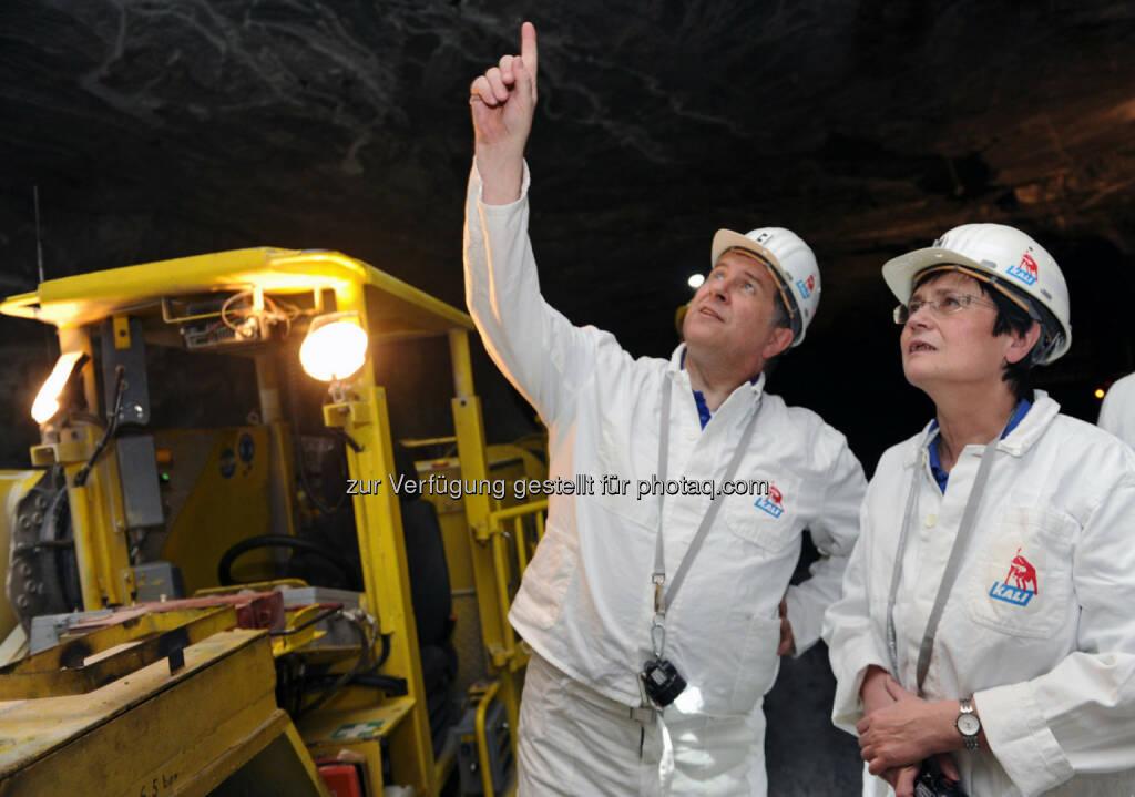 Norbert Steiner (K+S-Vorstandsvorsitzender) erläutert der Thüringer Ministerpräsidentin Christine Lieberknecht Sicherungsarbeiten zur Erzielung größtmöglicher Arbeitssicherheit im Bergwerksbetrieb des Standortes Unterbreizbach (Wartburgkreis) (Bild: K+S) (31.03.2014)