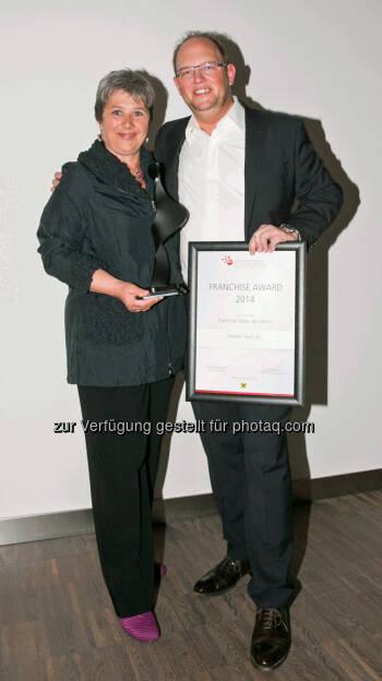 Waltraud Martius (Syncon) mit Olaf Matthias (Leiter Franchise international bei Palmers) - Bester Franchise-Geber des Jahres (Bild: Syncon), © Aussendung (09.04.2014)
