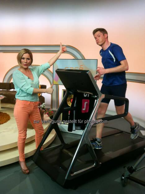 Café Puls-Moderator Florian Danner läuft den Studio-Marathon und wettet mit Johanna Setzer um sein verschwitztes T-Shirt, am Freitag ab 6:00 Uhr in Café Puls (Bild: Puls 4) (09.04.2014)