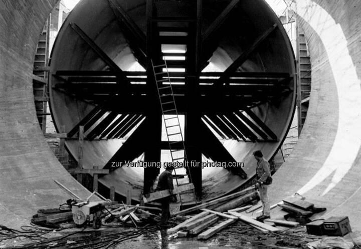 Wo heute Hunderte Kubikmeter Wasser der Donau durchfließen, arbeiteten diese beiden Männer 1982 am Turbinenschacht im Kraftwerk Greifenstein. www.verbund.com/greifenstein  Source: http://facebook.com/verbund