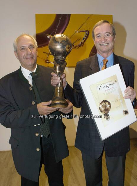 Wirtschaftsbund Oberösterreich: Energy Globe Award geht an Christoph Leitl - Energy-Globe-Gründer Wolfgang Neumann überreichte Präsident Christoph Leitl (v. l.) den Ehren-Globe höchstpersönlich (c) Engelsberger, © Aussendung (27.04.2014)