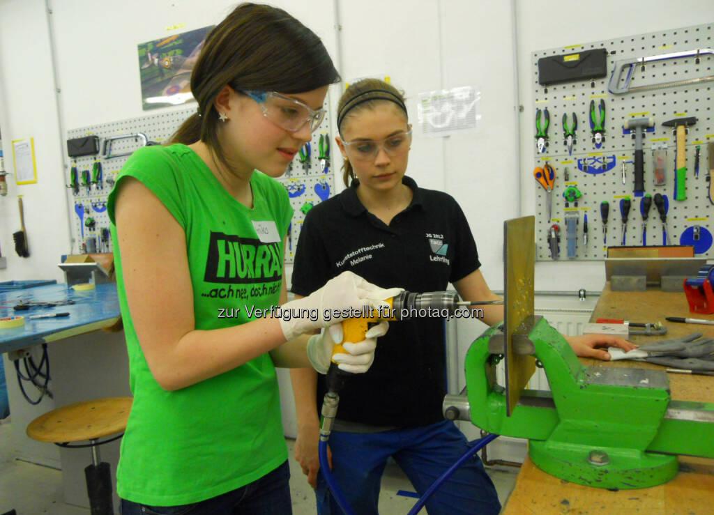 Girls Day bei FACC - Am 24. April waren zwölf Mädchen beim oberösterreichischen Unternehmen zu Gast, um Einblicke in den Beruf der Konstrukteurin zu gewinnen. Vorarbeiterin Katrin Maier zeigt, dass Frauen in der Technik keine Türen verschlossen bleiben. Bohrmaschine, Werkzeug (Bild: FACC) (29.04.2014)