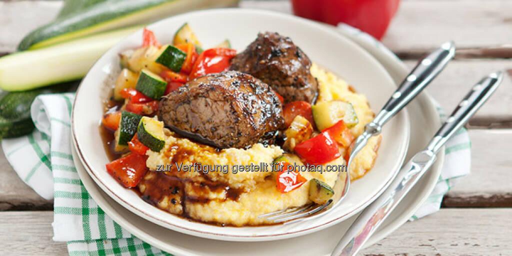 Schweinemedaillons mit feiner Gemüsepolenta - http://www.kochabo.at/schweinemedaillons-mit-cremiger-gemuesepolenta/, © kochabo.at (05.05.2014)