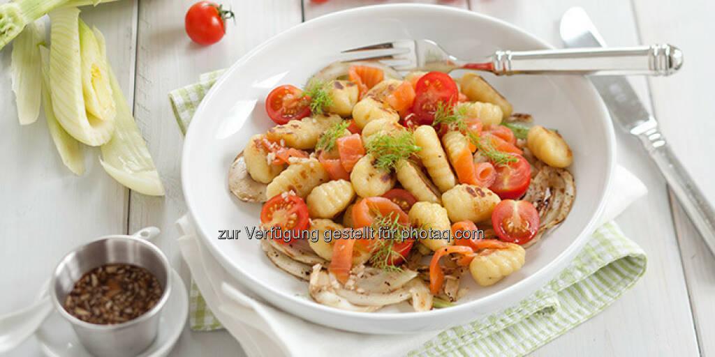 Lauwarmer Gnocchi-Salat mit Räucherlachs und mariniertem Fenchel - http://www.kochabo.at/lauwarmer-gnocchi-salat-mit-geraeuchertem-lachs/, © kochabo.at (05.05.2014)