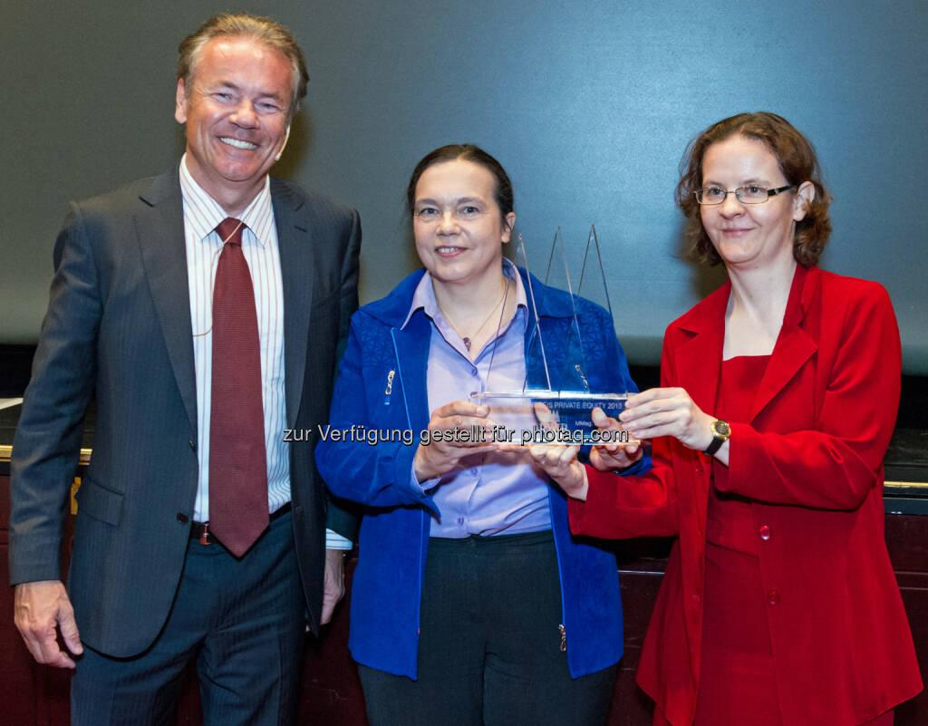 Horst Güdel (Vorstand der RWB Group AG), überreicht den Journalistenpreis Private Equity an Christine Kary (Mitte) und Beate Lammer von Die Presse. (Bild: RWB), © Aussendung (08.05.2014)