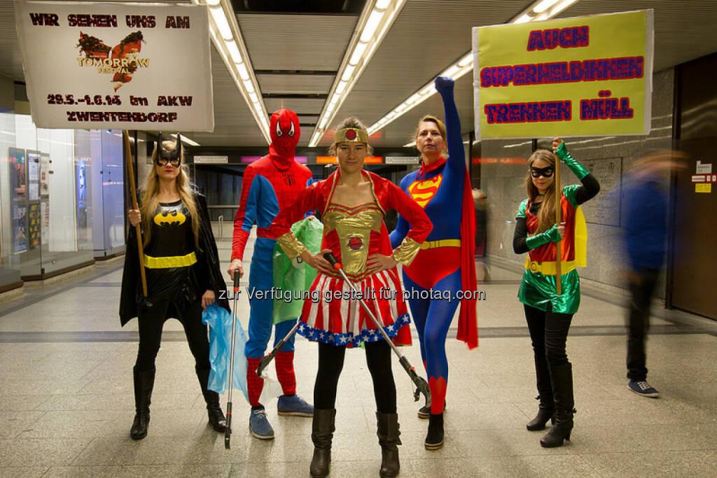 Anlässlich des Global 2000 Tomorrow Festivals (29.5.-1.6.) sind Superhelden in der Nähe von Zwentendorf gelandet. Sie erstatten nun Wien und nächste Woche den größeren Städten Niederösterreichs einen Besuch ab, um auf die Notwendigkeit von Mülltrennung und –vermeidung bei Großveranstaltungen hinzuweisen. (15.05.2014)