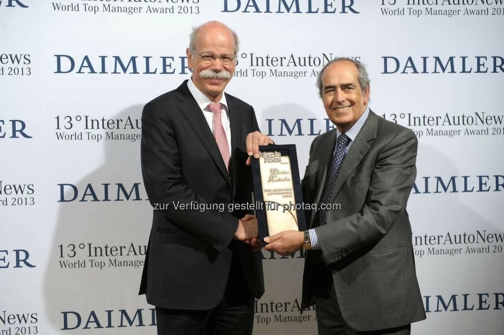 Dieter Zetsche (Vorstandsvorsitzender der Daimler AG und Leiter Mercedes-Benz Cars) mit World Top Manager Award 2013 ausgezeichnet (links Tommaso Tommasi, Vorsitzender der Jury und Direktor der Fachzeitschrift InterAutoNews) (Bild: Daimler) , © Aussendung (15.05.2014)