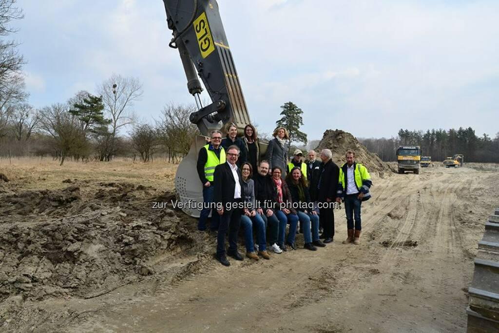 """Verbund: Im Zuge des Life+-Projekts """"Traisen"""" wird die Traisenmündung im Bereich des Donaukraftwerks Altenwörth vom begradigten Fluss zur ökologisch vielfältigen Aulandschaft umgestaltet. Wir haben mit unseren Nachhaltigkeits-Auditoren das Projekt besucht. http://to.verbund.com/1pi1fZF  Source: http://facebook.com/verbund (28.05.2014)"""