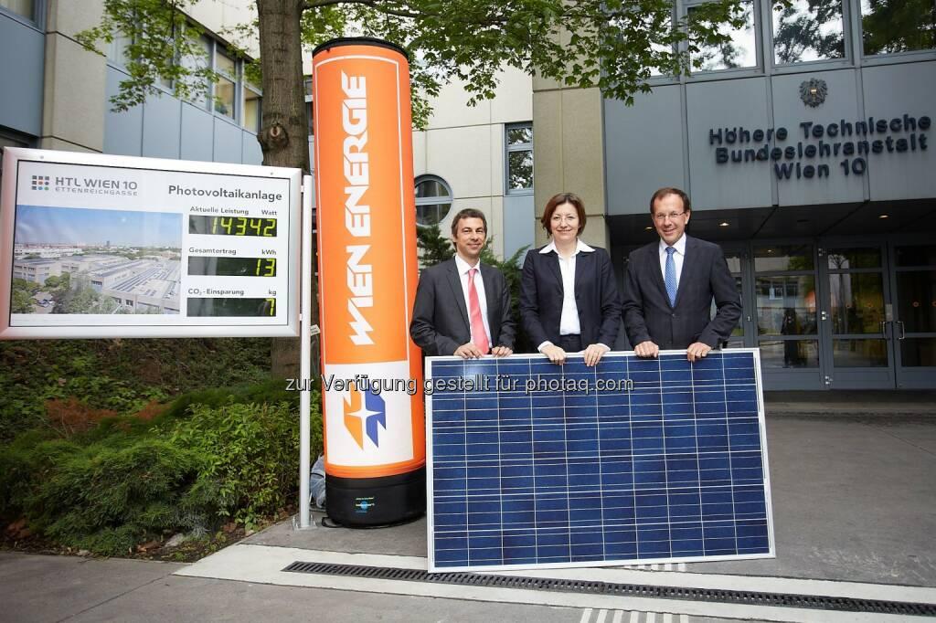 Wien Energie GmbH: BürgerInnen-Solarkraftwerk macht Schule, Stefan Wenka, Direktor HTL Wien 10, Wien Energie-Geschäftsführerin Susanna Zapreva und Geschäftsführer Bundesimmobiliengesellschaft Wolfgang Gleissner (c) Preiss (28.05.2014)