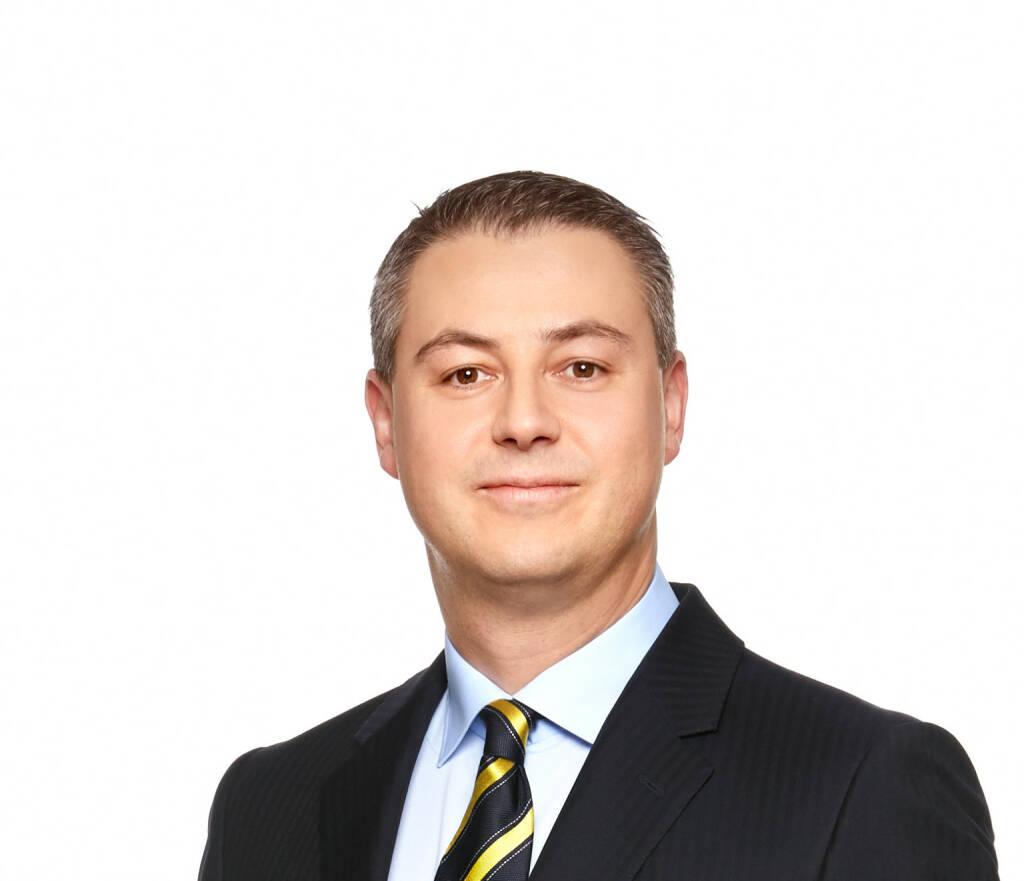 Oliver Schumy: Der Aufsichtsrat der Immofinanz hat die Nachfolge für CEO Eduard Zehetner geregelt: Oliver Schumy (43) wurde mit Wirksamkeit ab 1. März 2015 für die Dauer von fünf Jahren zum Vorstand des Immobilienkonzerns bestellt. Per 1. Mai 2015 wird er Eduard Zehetner als Sprecher des Vorstands nachfolgen. Das Vorstandsmandat von Eduard Zehetner, das am 30. November 2014 ausgelaufen wäre, wurde bis 30. April 2015 verlängert. Oliver Schumy ist seit Juni 2008 Finanzvorstand (CFO) der Mayr-Melnhof Gruppe und verfügt über umfassende operative Erfahrung in den Ländern Russland, Polen, Rumänien und Ungarn.  (06.06.2014)