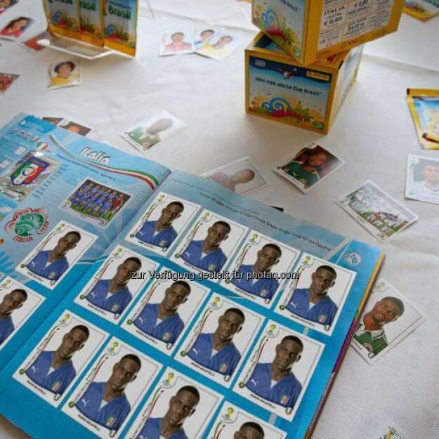 bet-at-home.com: Mario Balotelli braucht wohl auch beim Sticker einkleben ein bisschen Unterstützung. #Panini #WM2014  Source: http://facebook.com/betathomecomAustria (17.06.2014)