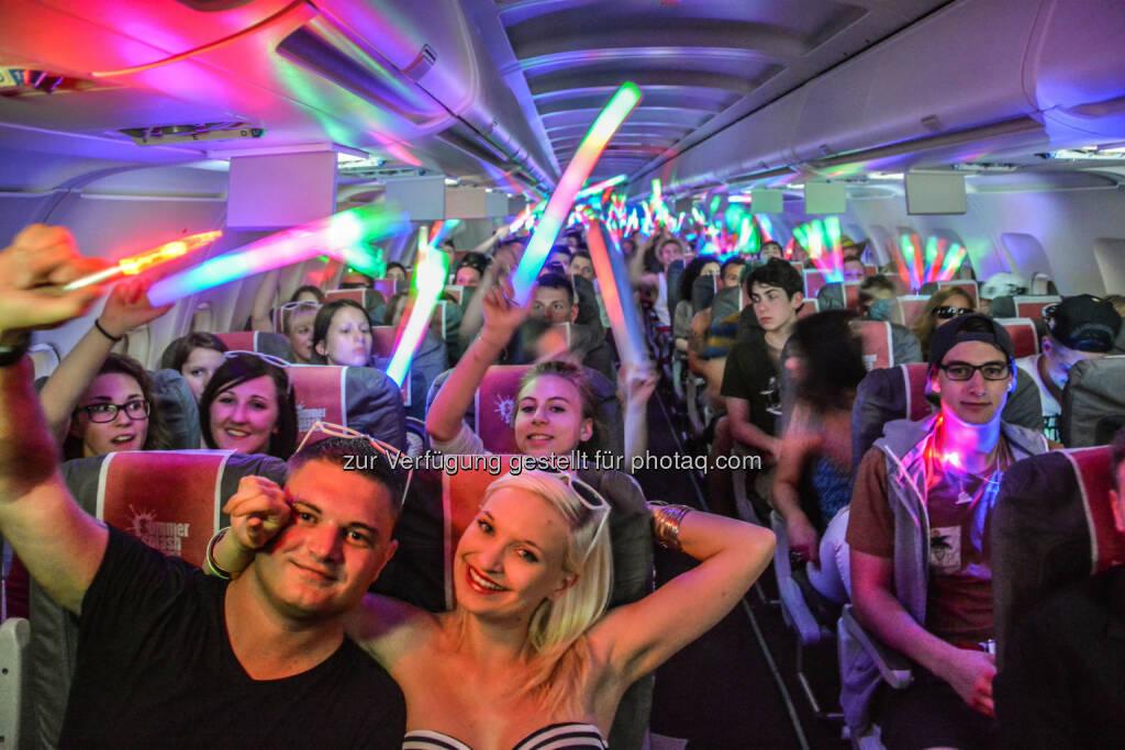 Austrian Summer Splash Partyflug hebt ab - Freitag Abend startete der Austrian Partyflug vom Flughafen Wien zu Summer Splash, der größten Maturareise Europas. An Bord des Austrian Fluges nach Antalya an der türkischen Mittelmeerküste feierten 193 Maturanten (Bild: Austrian) (17.06.2014)