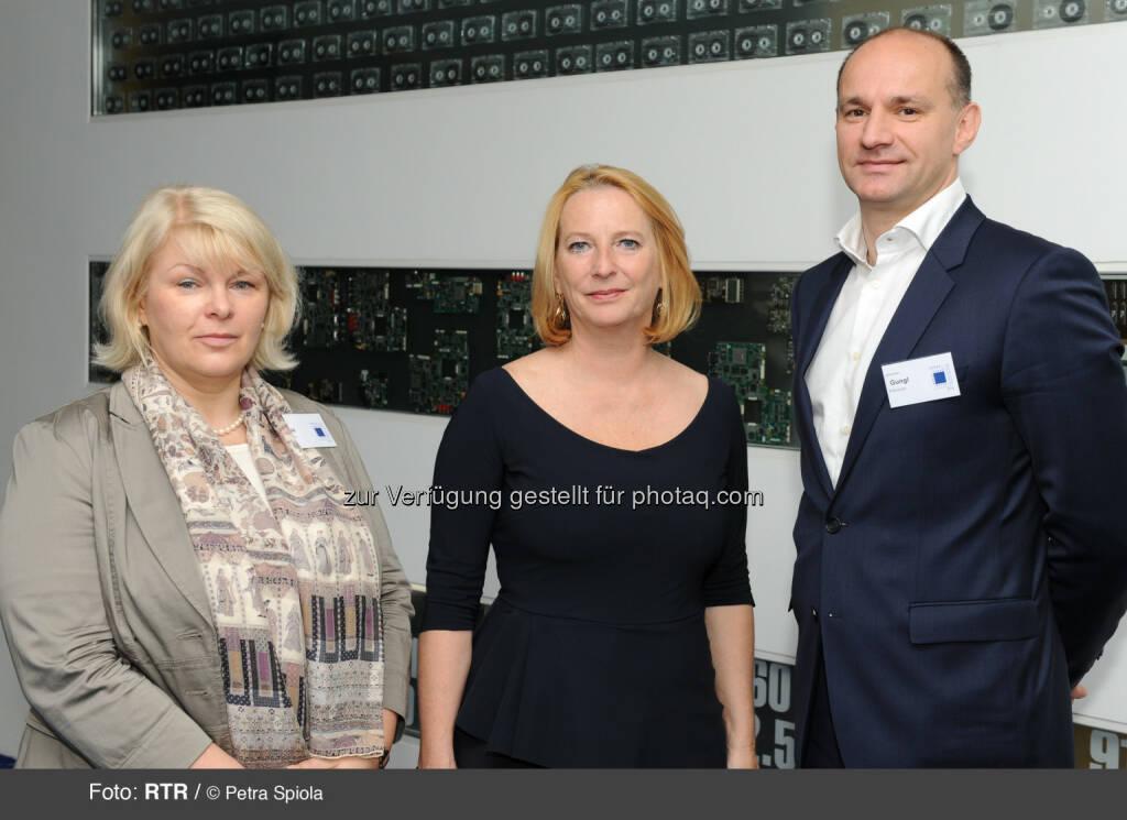 Zusammentreffen mit der Telekom-Branche: Bures betont Wichtigkeit der Breitbandmilliarde: Elfriede Solé (Vorsitzende der TKK), Bundesministerin Doris Bures (BMVIT), Johannes Gungl (Geschäftsführer der RTR-GmbH für den Fachbereich Telekommunikation und Post) (20.06.2014)