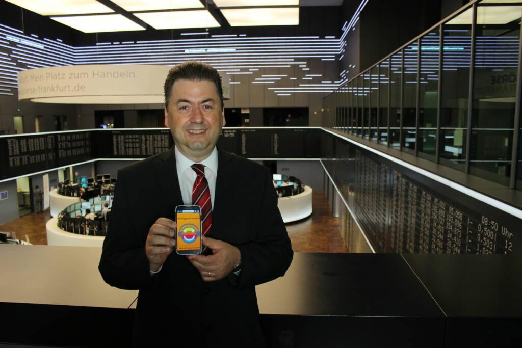 Robert Halver mit Runplugged auf dem Smartphone, im Hintergrund das Parkett der Frankfurter Börse - Halver ist Leiter der Kapitalmarktanalyse bei der Baader Bank und Finanz-Meteorologe für die Börsenstimmung. Wöchentlich berichtet er über Entwicklungen an den Finanzmärkten, über Wohl und Wehe von DAX, Zinsen, Euro & Co. Anleger erhalten eine fundierte Einschätzung der marktbewegenden Trends, immer vor dem Hintergrund der politischen Großwetterlage und verpackt in eine klare, humorig pointierte Sprache des gebürtigen Rheinländers. Künftig auch via Runplugged zu hören (20.06.2014)