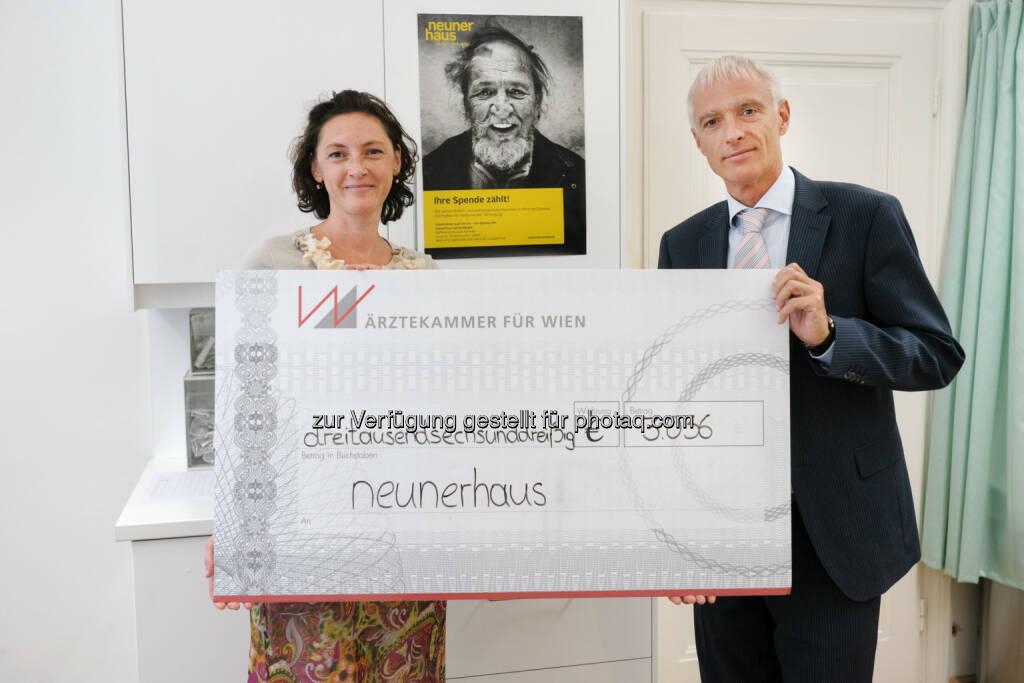 Im Rahmen der Charity-Aktion Medizin & Kunst konnte der Pressesprecher der Ärztekammer Wien, Hans-Peter Petutschnig, einen Scheck in Höhe von 3036 Euro an Barbara Kumer vom neunerhaus übergeben. (23.06.2014)