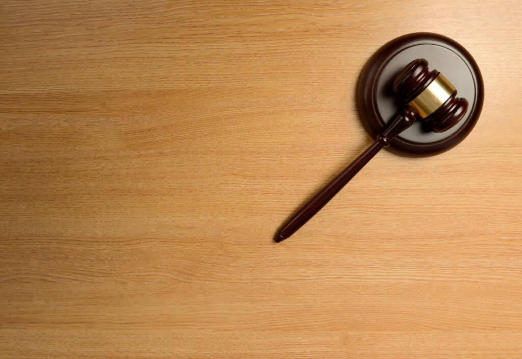 Gericht, Urteil http://www.shutterstock.com/de/pic-170834792/stock-photo-a-gavel-isolated-on-a-wood-table.html (Bild: shutterstock.com) (23.06.2014)