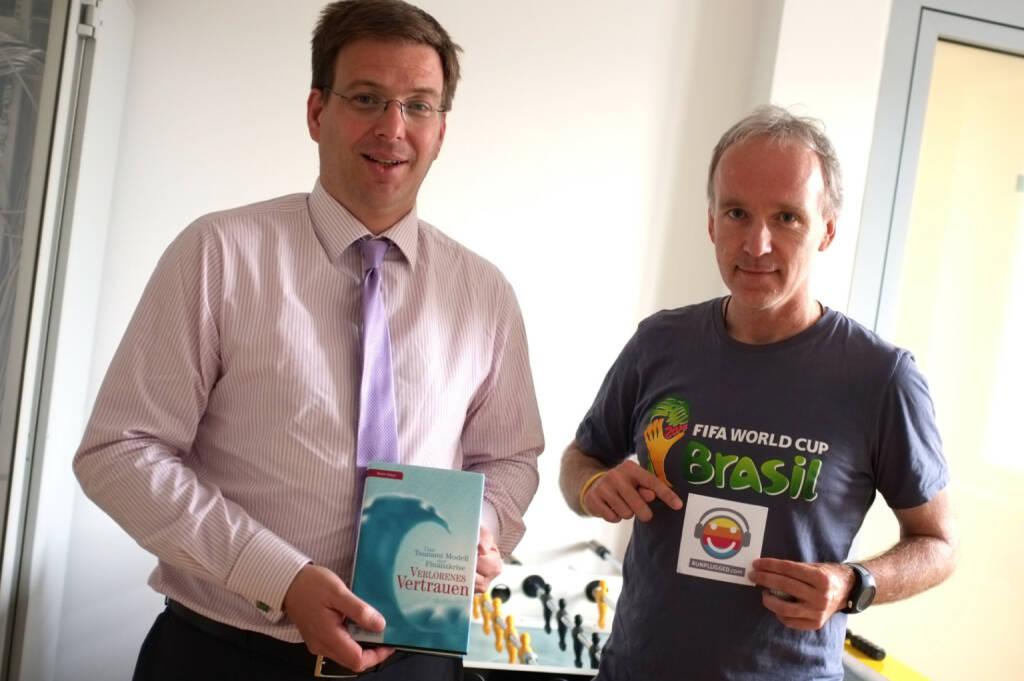 Martin Theyer liest für http://www.runplugged.com aus seinem Buch Verlorenes Vertrauen - das Tsunami-Modell der Finanzkrise, Christian Drastil im WM- und Runplugged-Fieber (24.06.2014)