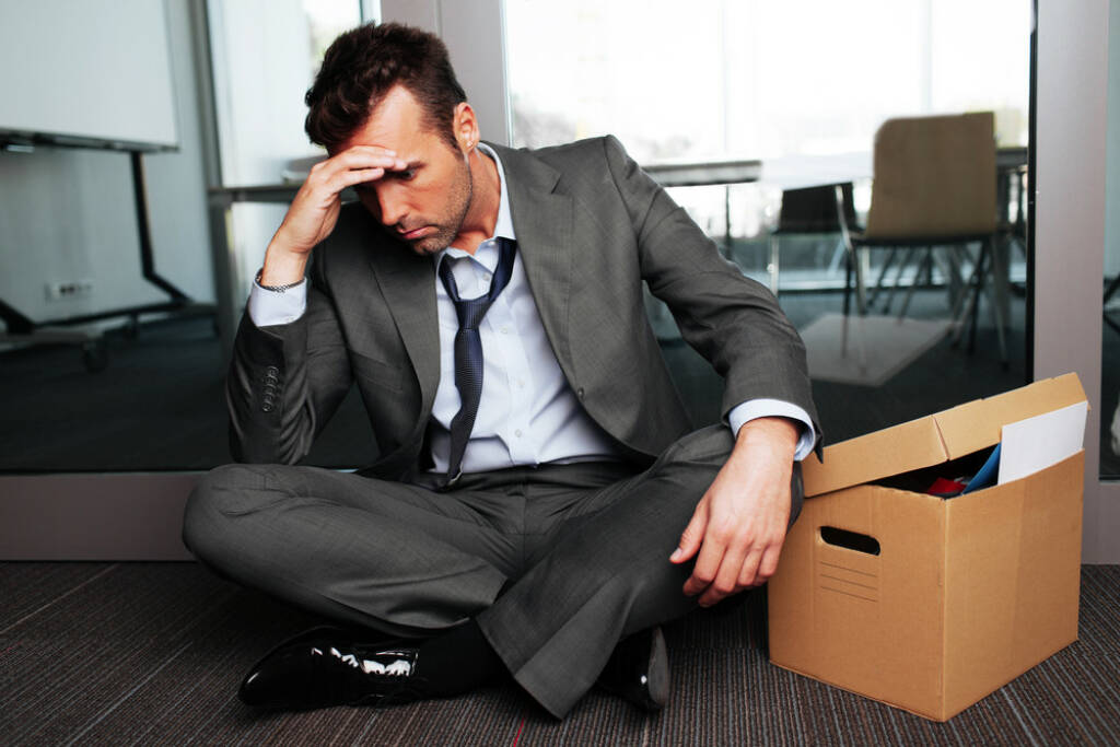 Scheitern, Pleite, Sorgen, Konkurs - http://www.shutterstock.com/de/pic-160228955/stock-photo-sad-fired-businessman-sitting-outside-meeting-room-after-being-dismissed.html (Bild: shutterstock.com) (25.06.2014)