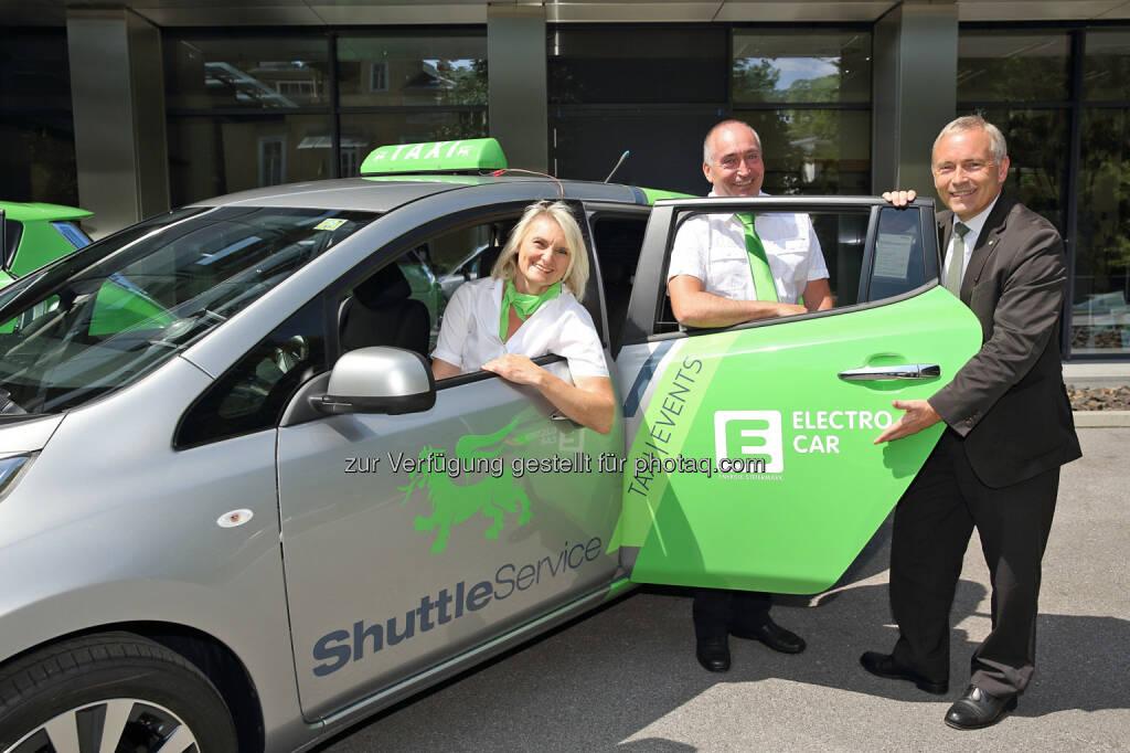 Ab 1. Juli starten Elektro-Taxis in Graz: Unternehmer Erwin und Irene Wailland starten Elektro-Taxi-Flotte in Graz mit Unterstützung von Energie Steiermark Vorstand Christian Purrer (30.06.2014)