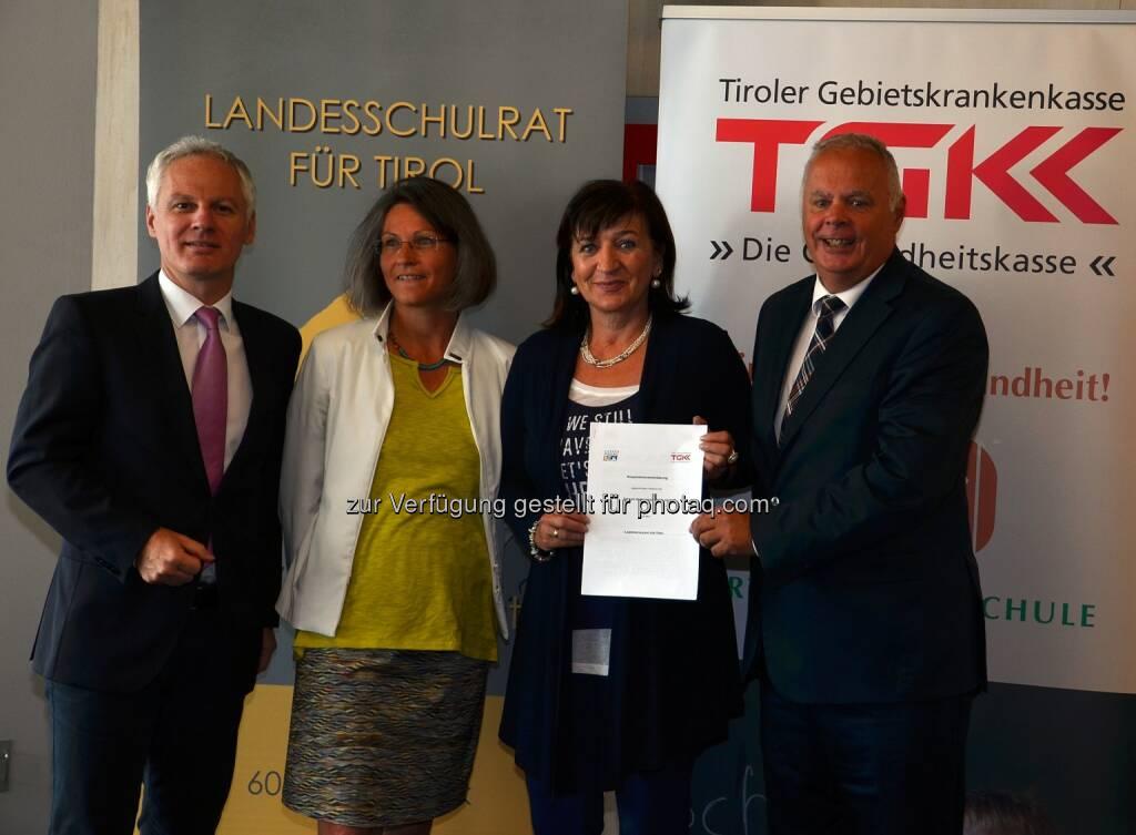 Gemeinsam für die Gesundheitsförderung an Tirols Schulen (v.l.n.r.): TGKK-Direktor Arno Melitopulos, Iris Posch (Direktorin der Volksschule Angergasse in Innsbruck), Landesrätin Beate Palfrader und TGKK-Obmann Werner Salzburger (30.06.2014)