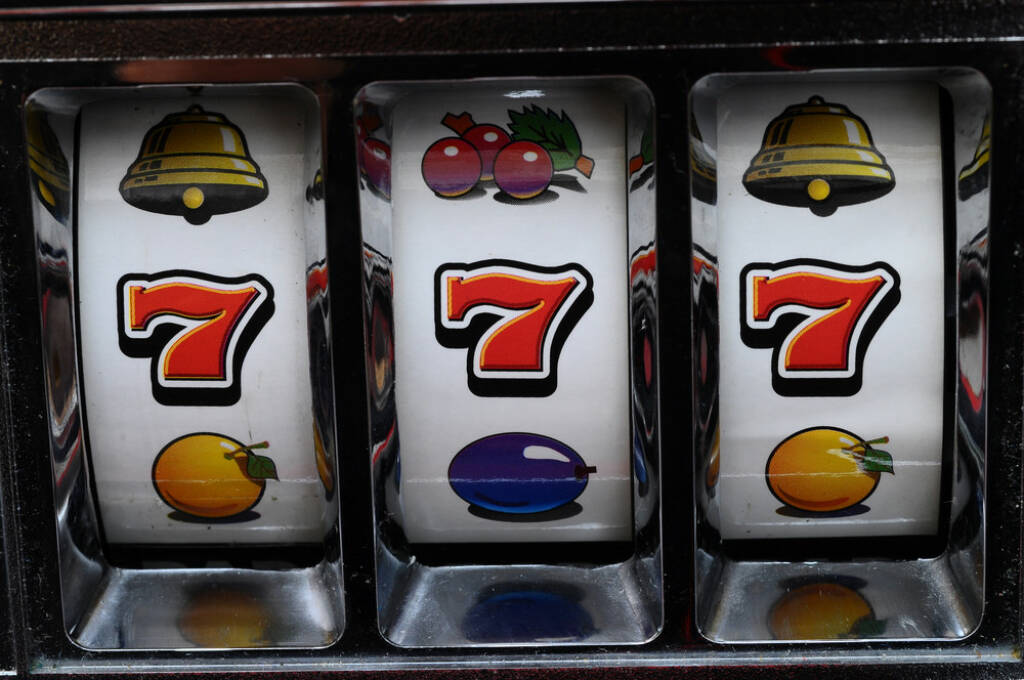 einarmiger Bandit, 7, Sieben, gewonnen, gaming, Glücksspiel, Spiel, http://www.shutterstock.com/de/pic-181100774/stock-photo-close-up-of-three-seven-jackpot-on-a-casino-slot-machine.html  (01.07.2014)