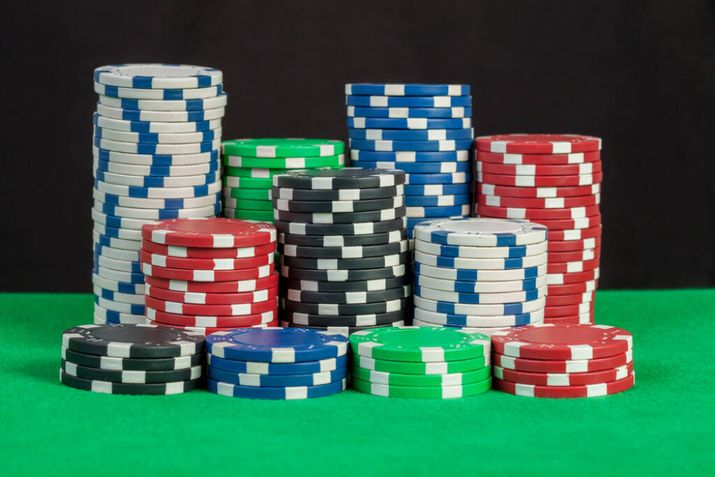 Poker Chips, Casino, gaming, Jetons, Glücksspiel, http://www.shutterstock.com/de/pic-172016489/stock-photo-poker-chips-stack-on-green-table-black-background.html  (01.07.2014)