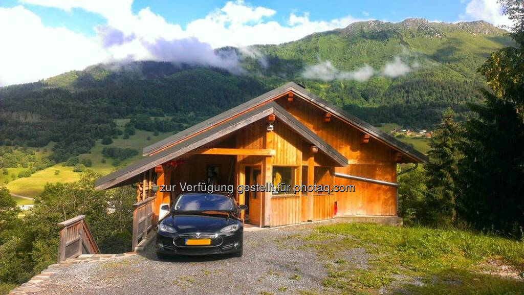 """We brought our Tesla to the Alps!"" Manuela B. just completed the first part of her trip from The Netherlands to Tuscany.  http://travellingelectric.blogspot.nl/  Source: http://facebook.com/teslamotors, © Aussendung checkfelix (02.07.2014)"