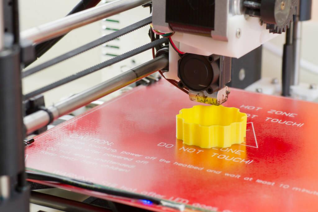 3D Drucker http://www.shutterstock.com/de/pic-185609615/stock-photo-detail-of-a-d-printer-printing-with-a-yellow-abs-filament.html   (Bild: shutterstock.com) (02.07.2014)