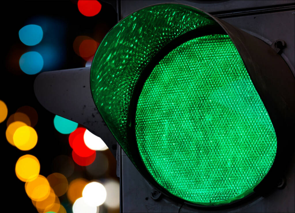 Ampel, grün, go, los, freie Fahrt, http://www.shutterstock.com/de/pic-116908762/stock-photo-green-traffic-light-with-colorful-unfocused-lights-on-a-background.html , © (www.shutterstock.com) (05.07.2014)