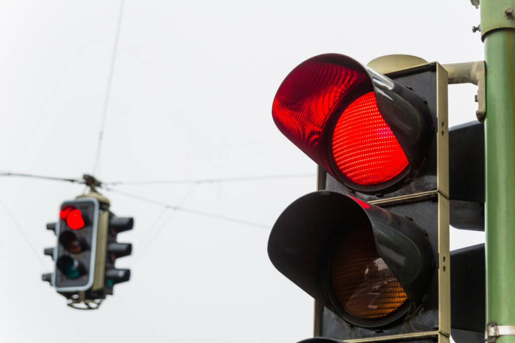 Ampel, rot, stop, halt, http://www.shutterstock.com/de/pic-132424568/stock-photo-a-traffic-light-with-red-light-symbolic-photo-for-maintenance-economy-failure.html , © (www.shutterstock.com) (05.07.2014)