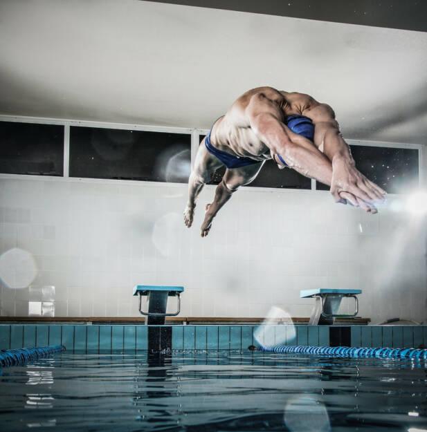 Absprung, Sprung, nass, springen, schwimmen, vorwärts, http://www.shutterstock.com/de/pic-196147787/stock-photo-young-muscular-swimmer-jumping-from-starting-block-in-a-swimming-pool.html , © (www.shutterstock.com) (07.07.2014)