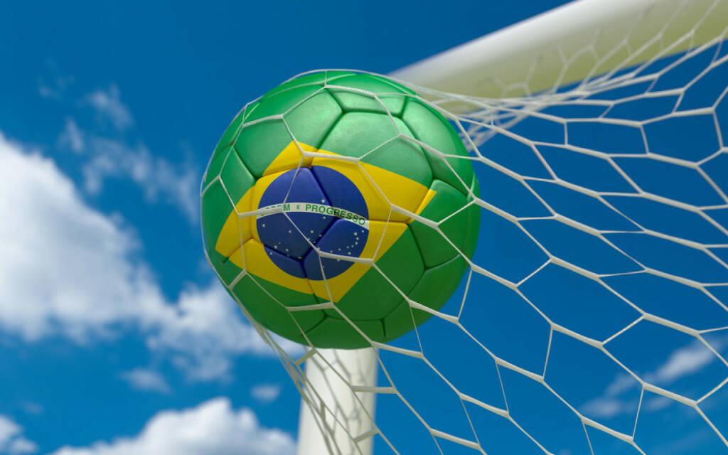 Torschuss, Tor, Fussball, Brasilien, goal, Wettkampf, http://www.shutterstock.com/de/pic-174328103/stock-photo-brazil-flag-and-soccer-ball-football-in-goal-net.html , © www.shutterstock.com (09.07.2014)