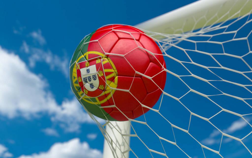 Torschuss, Tor, Fussball, Portugal, goal, Wettkampf, http://www.shutterstock.com/de/pic-174327623/stock-photo-portugal-flag-and-soccer-ball-football-in-goal-net.html, © www.shutterstock.com (09.07.2014)