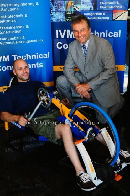 IVM Mitarbeiter entwickelt innovativen Handbike-Hometrainer: Thomas Ivic und IVM CEO Walter Hanus mit dem Handbike-Hometrainer, © Aussendung (10.07.2014)