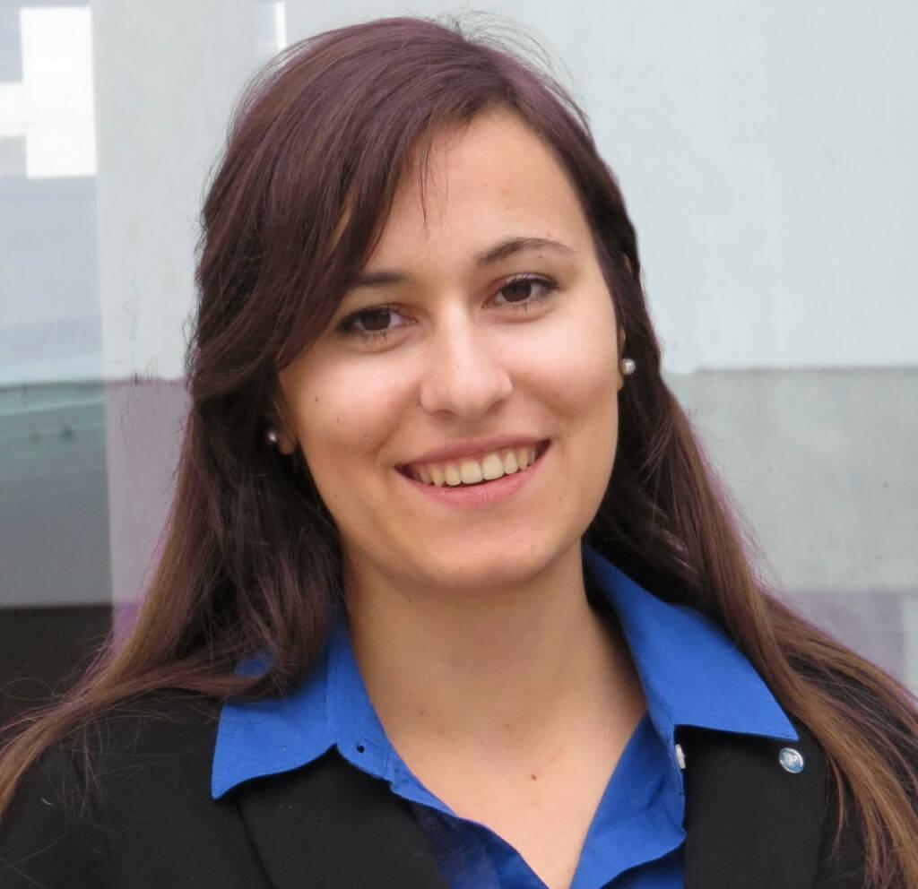 Kathrin Heiss wird für Runplugged ihr Buchkapitel Finanz- und Realwirtschaft - Gemeinsame Zukunft oder getrennte Wege einlesen (c) http://diplomlehrgang.org  (11.07.2014)