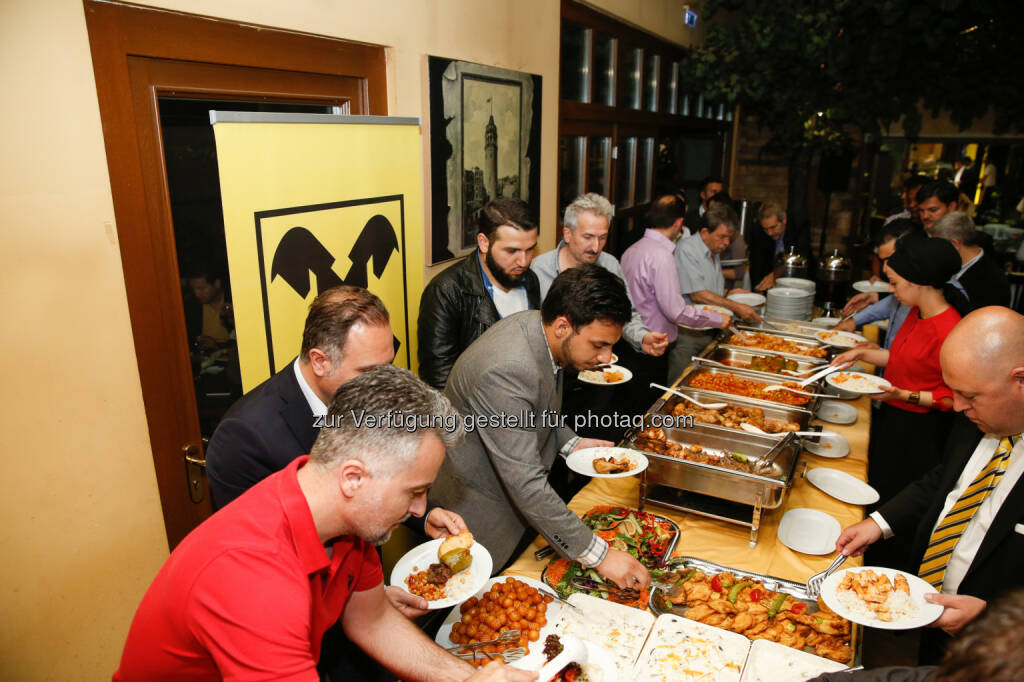 Im türkischen resaturant Kent in Wien Favoriten lud Raiffeisen in Wien Kunden zum Fastenbrechen nach Sonnenuntergang im islamischen Fastenmonat Ramadan, © Aussender (11.07.2014)