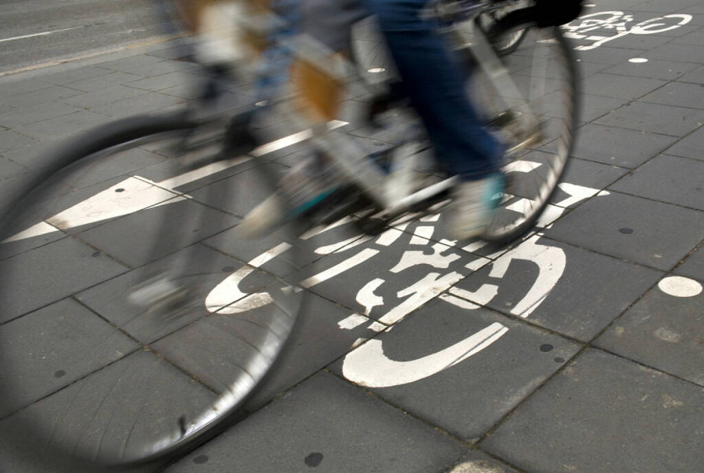 Radweg, Fahrrad, Radfahrer, http://www.shutterstock.com/de/pic-51384271/stock-photo-speedy-cyclist-commuting-on-an-urban-cycleway.html , © (www.shutterstock.com) (11.07.2014)