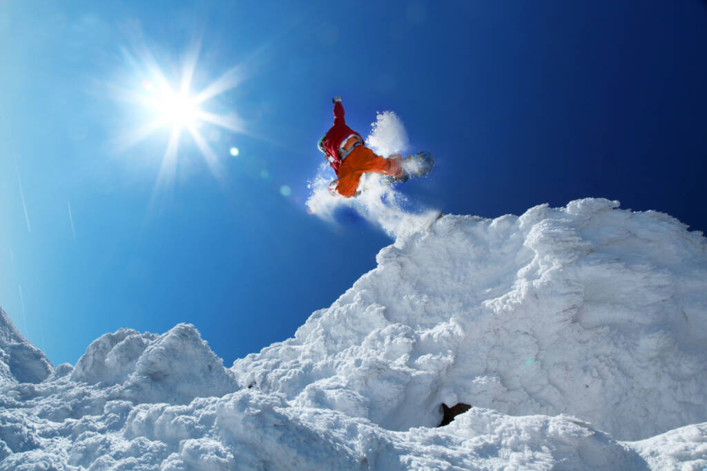 Snowboard, Absprung, springen, Schnee, jump, http://www.shutterstock.com/de/pic-126288068/stock-photo-snowboarder-jumping-against-blue-sky.html? , © www.shutterstock.com (11.07.2014)