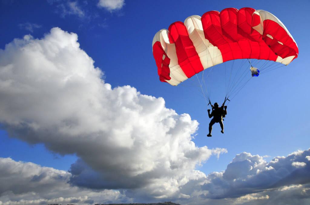 Fallschirm, Rettungsschirm, Schirm, Österreich, rot-weiß-rot, Flug, Sinkflug, abheben, gleiten, Luft, Rettung, Höhenflug http://www.shutterstock.com/de/pic-106755479/stock-photo-red-parachute-landing-on-stormy-sky.html (Bild: shutterstock.com) (11.07.2014)