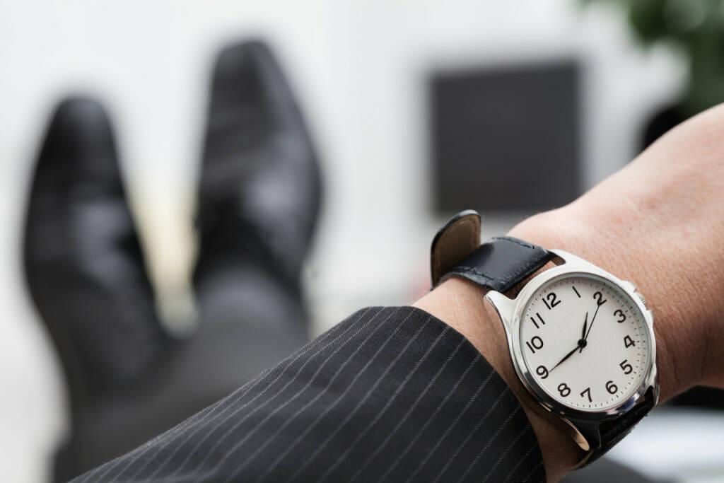 Uhr, Armbanduhr, Zeit, spät, früh, warten, Geduld, Ungeduld, http://www.shutterstock.com/de/pic-188732657/stock-photo-relaxed-businessman-waiting-to-the-end-of-work.html (Bild: shutterstock.com) (12.07.2014)