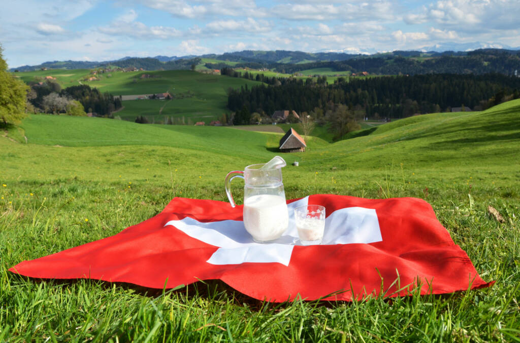 Schweiz, Frühstück, Milch, Fahne, Flagge, Alm, http://www.shutterstock.com/de/pic-188405348/stock-photo-jug-of-milk-on-the-swiss-flag-emmental-switzerland.html , © www.shutterstock.com (12.07.2014)