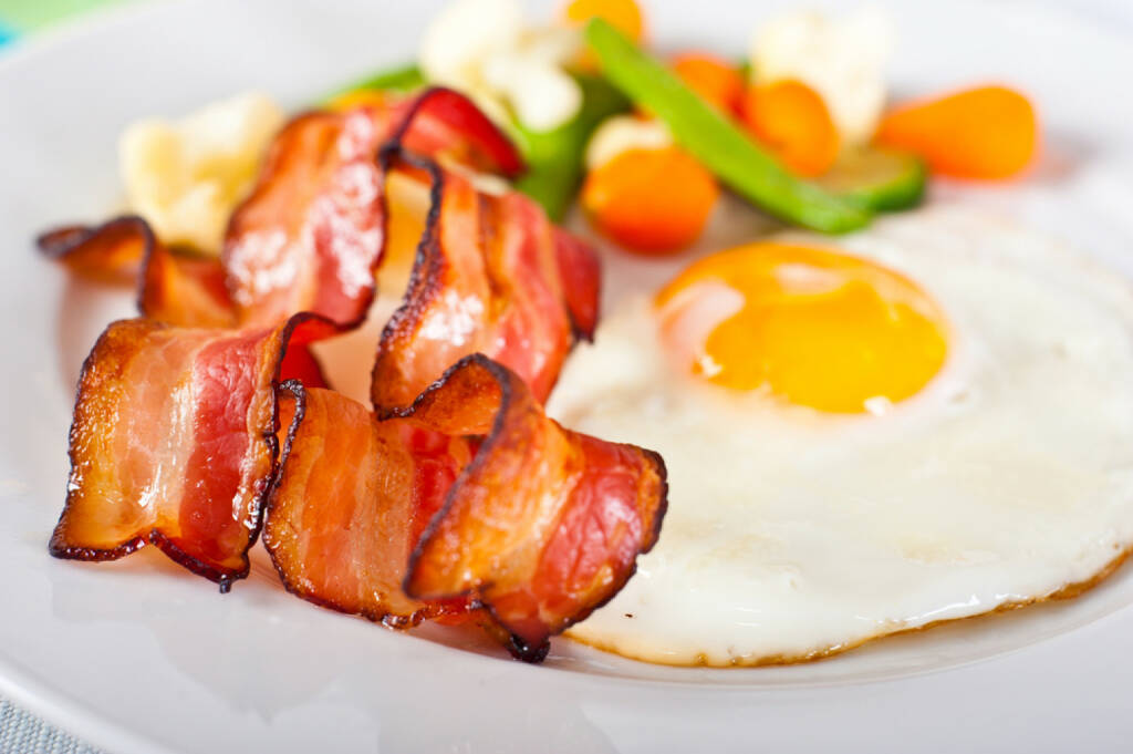 Frühstück, USA, bacon & eggs, Spiegelei, Ei, Speck, food, http://www.shutterstock.com/de/pic-77970088/stock-photo-close-up-of-fried-egg-with-bacon-and-vegetables.html , © www.shutterstock.com (12.07.2014)
