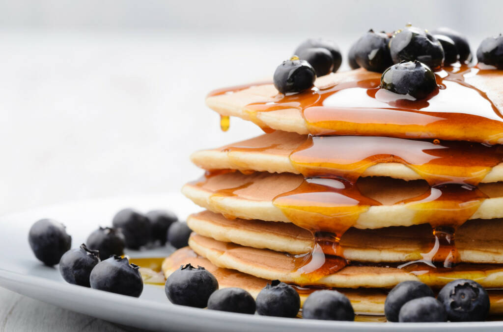 pancakes, Frühstück, USA, Heidelbeeren, Ahornsirup, süß, klebrig, essen, food, http://www.shutterstock.com/de/pic-109342949/stock-photo-delicious-pancakes-close-up-with-fresh-blueberries-and-maple-syrup.html , © www.shutterstock.com (12.07.2014)